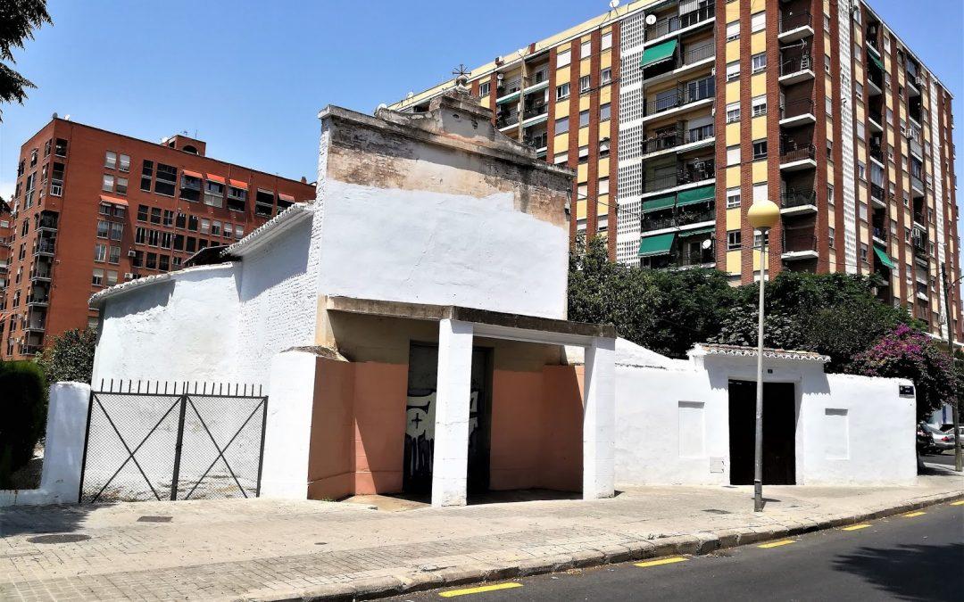 La antigua ermita de San Miguel Arcángel de Soternes, rodeada de basuras y en mal estado