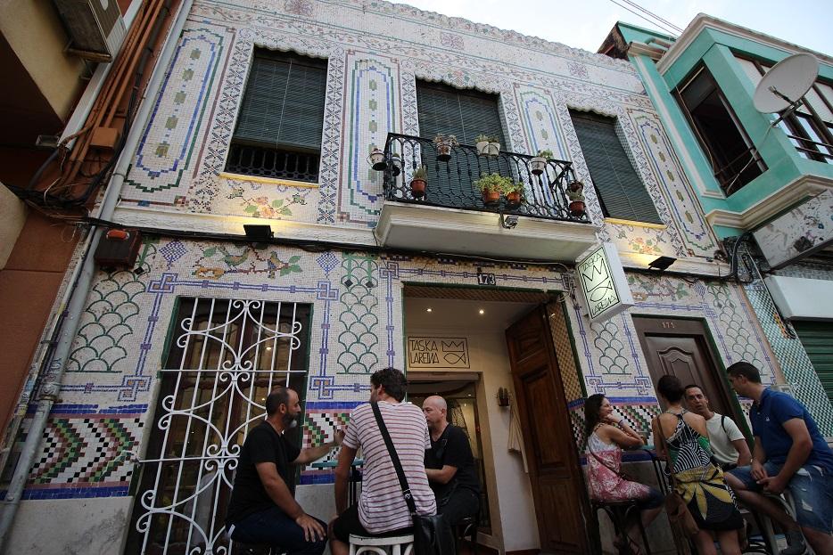 Taska Lareina: un local marinero de tapas en una bella casa restaurada con fachada de mosaico
