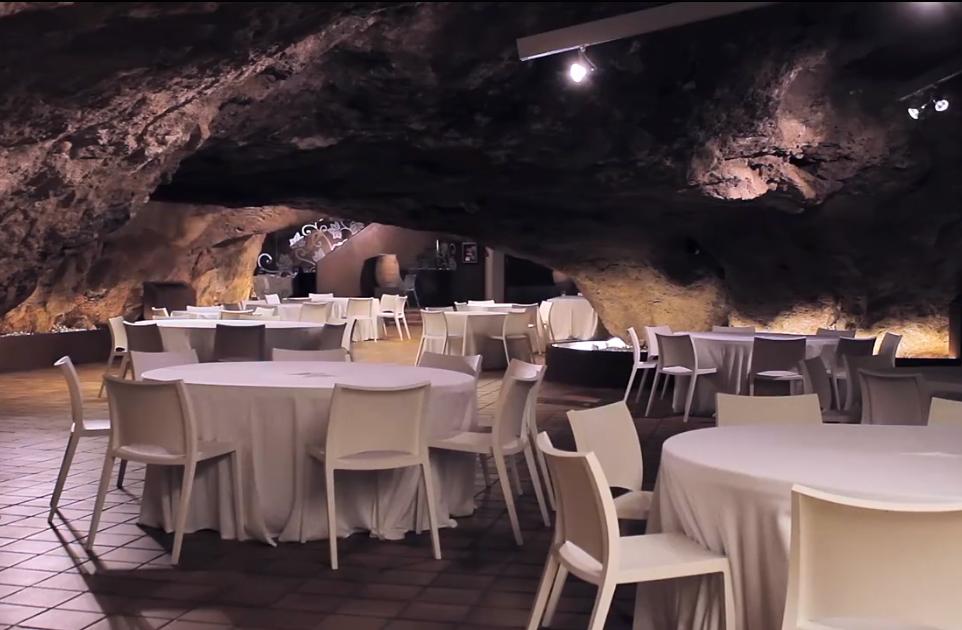 Un restaurante muy especial en el interior de una cueva natural: Restaurante La Gruta