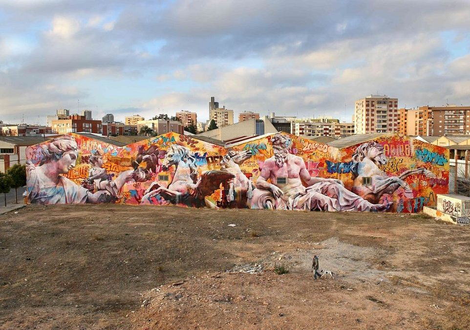 Los artistas valencianos Pichi&Avo terminan el gran mural de arte urbano de la Ciudad del Artista Fallero