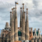 La Sagrada Familia de Barcelona amanece con una Senyera Valenciana en lo más alto