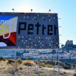 La primera valla publicitaria hecha con ganchillo de la Comunidad Valenciana está en Petrer