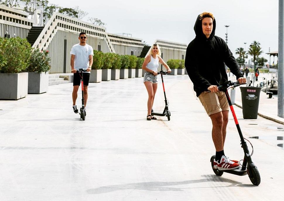 una imagen de patinetes eléctricos en la Marina de Valencia