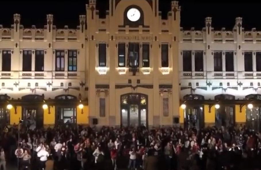 Bailes latinos el sábado 30 de junio frente a la fachada de la Estación del Norte de Valencia