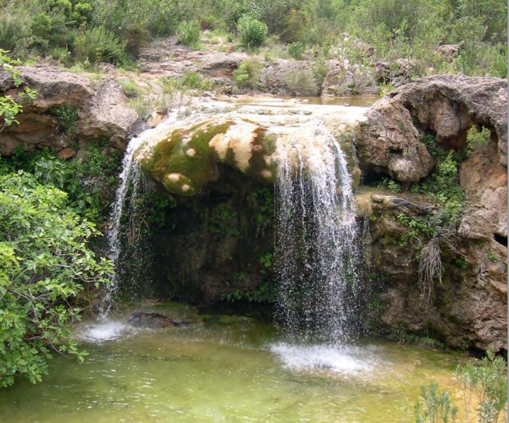 Cascada y poza que hay junto a la Cueva El Tejedor. Foto de Jesús García Patón