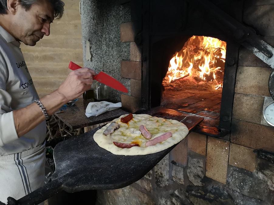 Una Torta de Tajás y Sardinas a punto de cocerse en un horno moruno de Cortes de Pallás.