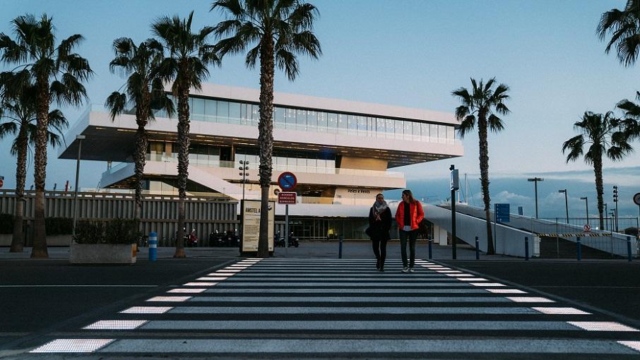 Valencia estrena el primer paso de peatones inteligente de la ciudad