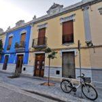 El Barrio de la Aguja, una pequeña isla de casitas bajas entre edificios