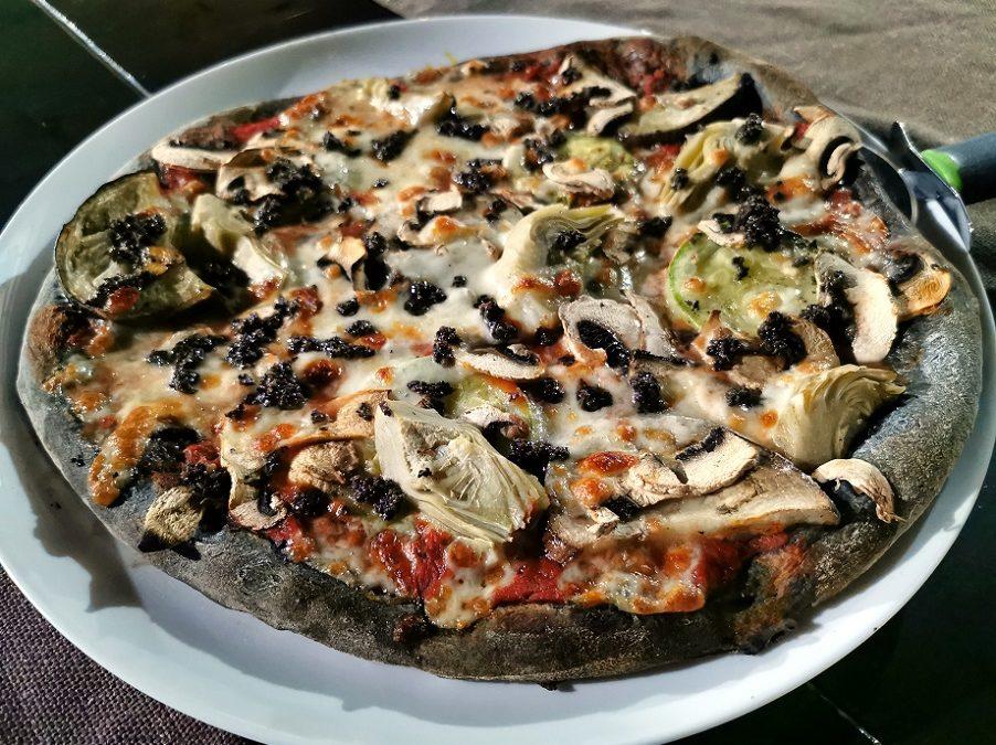 La pizza negra conquista Valencia: los mejores restaurantes con pizzas de carbón vegetal activado