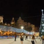 Vive la Navidad con la pista de hielo y el carrusel en la plaza del Ayuntamiento de Valencia