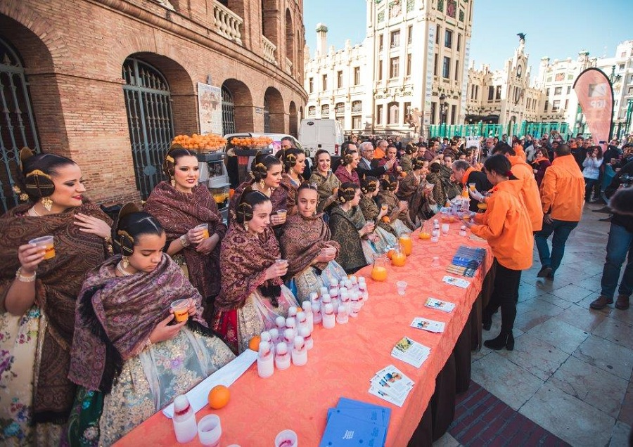 Miles de litros de horchata y zumo de naranja se repartirán GRATIS en Fallas