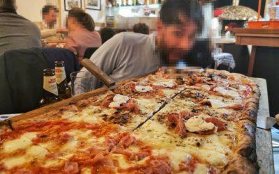 Las pizzas de metro de Viva Napoli, un templo napolitano en Valencia