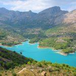 Caminando por el embalse de Guadalest, una bella ruta circular por el corazón esmeralda de la Vall de Guadalest