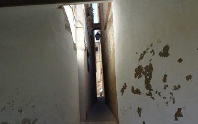 El estrechísimo callejón de no más de medio metro de ancho de Alfafara