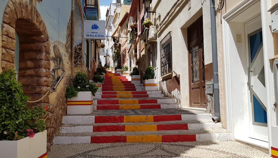La calle Puchalt, la preciosa calle de las banderas de Calpe