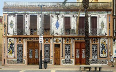 La preciosa fachada de la Casa Llopis de Almàssera, una joya realizada con mosaico en trencadís