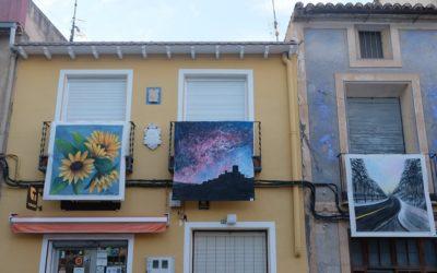 Ayora acoge una nueva Balconada exponiendo lienzos en la Plaza Mayor y alrededores