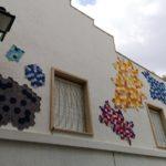 18 municipios valencianos llenan sus calles con hexágonos tejidos en lana