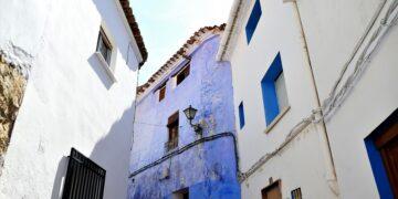 En esta foto un rincón de Chelva, un modelo de arquitectura de colores en las fachadas que el ayuntamiento de Tuéjar busca recuperar. Foto de Antonio Marín Segovia