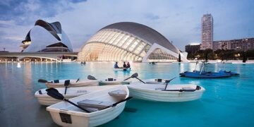Vuelven los kayaks y barcas a los lagos de la Ciutat de les Arts i les Ciències. Fotografía de @ciudadartesciencias